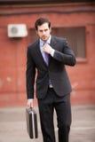 Affärsman som går på gatan royaltyfria foton