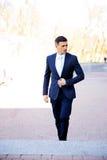 Affärsman som går på gatan Royaltyfri Foto