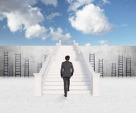 Affärsman som går på trappa Arkivbilder