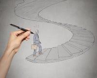 Affärsman som går upp trappor som leder till det företags kontoret royaltyfria foton