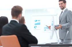 Affärsman som gör en presentation i kontoret Fotografering för Bildbyråer