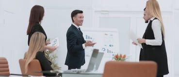 Affärsman som gör en presentation på kontoret royaltyfria foton