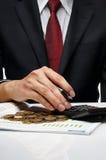 Affärsman som gör finansiell beräkning Arkivfoton