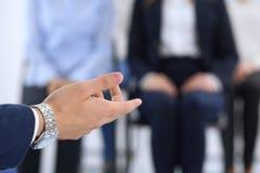 Affärsman som gör presentation till grupp människor Högtalare som levererar ett seminarium till hans kollegor eller affärsutbildn royaltyfri fotografi