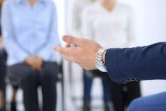 Affärsman som gör presentation till grupp människor Högtalare som levererar ett seminarium till hans kollegor eller affärsutbildn fotografering för bildbyråer