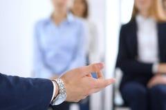 Affärsman som gör presentation till grupp människor Högtalare som levererar ett seminarium till hans kollegor eller affärsutbildn royaltyfri bild