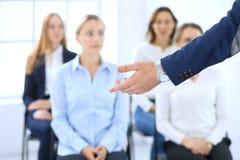 Affärsman som gör presentation till grupp människor Högtalare som levererar ett seminarium till hans kollegor eller affärsutbildn royaltyfria bilder