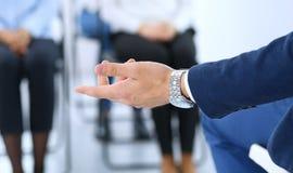 Affärsman som gör presentation till grupp människor Högtalare som levererar ett seminarium till hans kollegor eller affärsutbildn arkivbild