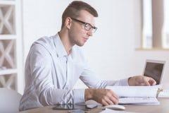 Affärsman som gör skrivbordsarbetesidan Royaltyfri Bild