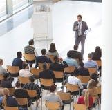Affärsman som ger anförande på affärskonferensen arkivfoto