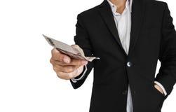 Affärsman som ger eller mottar kassa, selektiv fokus som isoleras på vit bakgrund arkivfoton