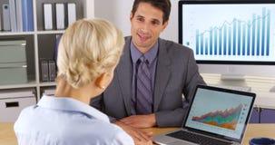 Affärsman som ger en presentation till hans arbetsledare arkivfoto