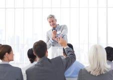 Affärsman som ger ett anförande i konferenskorridor Royaltyfri Fotografi