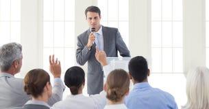 Affärsman som ger ett anförande i konferenskorridor Fotografering för Bildbyråer