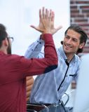 Affärsman som ger höjdpunkt fem till hans partner Arkivfoto