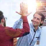 Affärsman som ger höjdpunkt fem till hans partner Arkivfoton