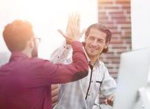 Affärsman som ger höjdpunkt fem till hans partner Royaltyfri Foto