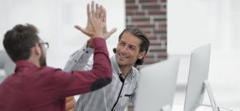Affärsman som ger höjdpunkt fem till hans partner Royaltyfri Fotografi