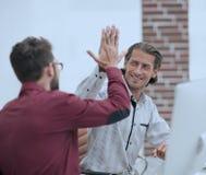 Affärsman som ger höjdpunkt fem till hans partner Fotografering för Bildbyråer