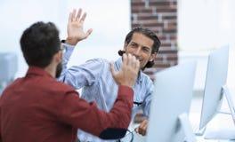 Affärsman som ger höjdpunkt fem till hans partner Royaltyfri Bild