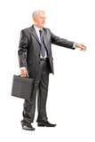 Affärsman som ger pengar till någon Royaltyfria Bilder