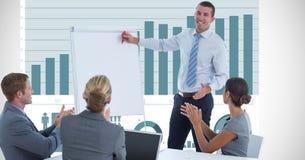 Affärsman som ger presentation medan kollegor som applåderar mot graf Arkivfoton