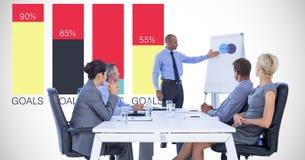 Affärsman som ger presentation till kollegor mot graf Arkivbilder