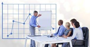 Affärsman som ger presentation till kollegor mot graf Fotografering för Bildbyråer