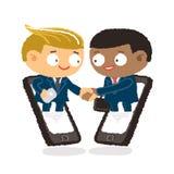 Affärsman som ger sig skaka händer och servicevännen för att sammanfoga affär med mobiltelefonen Arkivbild