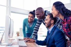 Affärsman som ger utbildning till laget arkivfoton