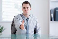 affärsman som greeting hans förhandlingparnter Arkivfoton