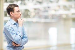 Affärsman som grubblar affärsstrategi, stående Royaltyfri Bild