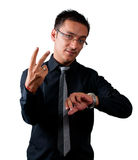 Affärsman som håller ögonen på hans klocka och visar två fingrar Arkivfoto