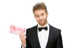 Affärsman som håller rosa färggåvaasken arkivfoto