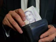 affärsman som håller singaporean sedlar i en svartläderplånbok fotografering för bildbyråer