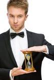Affärsman som håller timglaset arkivfoton