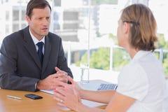 Affärsman som har en diskussion med ett jobbsökande Royaltyfri Foto