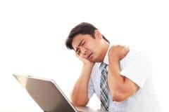 Affärsman som har en skuldra att smärta arkivbild