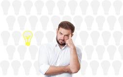 Affärsman som har ett ljust begrepp för ljus kula för idé Arkivfoto