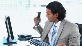 Affärsman som har problem, medan ringa lager videofilmer