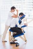 Affärsman som har tillbaka massage royaltyfri bild