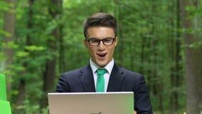 Affärsman som har vinst från energi - besparingstart, lyckat företag stock video