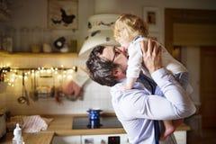 Affärsman som hem kommer från arbete som kysser hans lilla son Arkivbilder