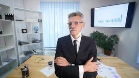 Affärsman som i regeringsställning arbetar framme av skrivbordet arkivfilmer