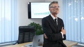 Affärsman som i regeringsställning arbetar framme av skrivbordet lager videofilmer