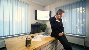 Affärsman som i regeringsställning arbetar framme av skrivbordet stock video