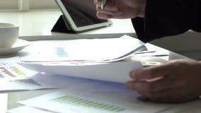 Affärsman som i regeringsställning arbetar med skrivbordsarbete stock video