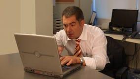 Affärsman som i regeringsställning arbetar på bärbara datorn stock video