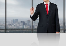 Affärsman som i regeringsställning står Arkivfoto