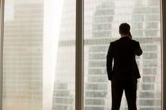 Affärsman som i regeringsställning svarar förtrolig appell Arkivbild
